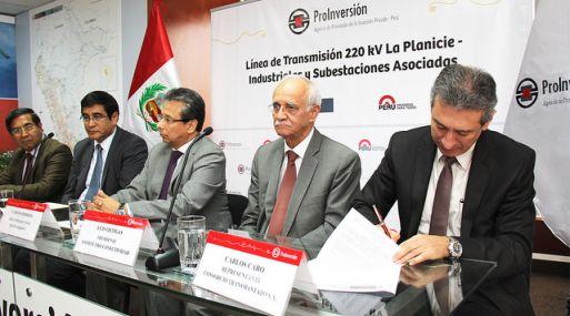 Carlos Caro, representante de Consorcio Transmantaro, firma el contrato para la Línea La Planicie - Industriales.