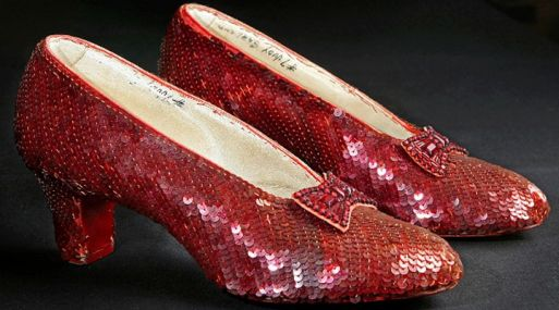 """Zapatos rojos usados por Dorothy en la clásica película """"El Mago de Oz"""". (Foto: AP)"""