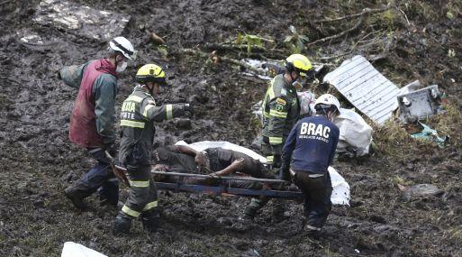 Vista de las labores de rescate de los fallecidos del accidente aéreo del equipo de fútbol Chapecoense. (Foto: AP)