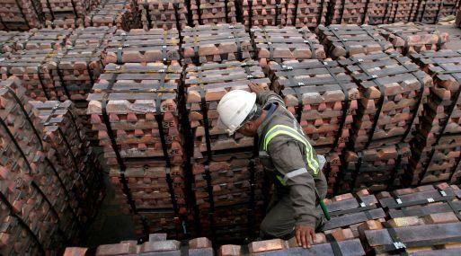 El cobre a tres meses cedía un 0.8%, a 5,777 dólares la tonelada, a las 1246 GMT.