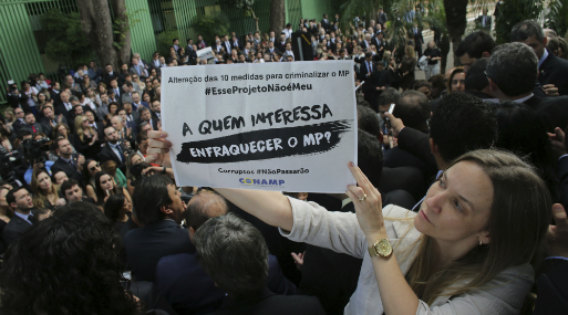 """""""¿Quién se preocupa por los fiscales?, pregunta una funcionaria durante una protesta en Brasil. (Foto: AP)."""