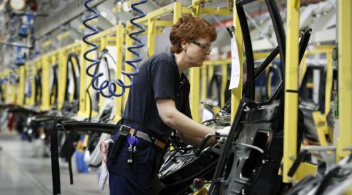 Trabajadora en una fábrica de automóviles en Goremburgo, Suecia. (Foto: Reuters).
