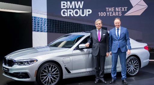 Ludwig Willisch (izquierda), presidente y CEO de BMW Norteamérica, Ian Robertson (derecha), gerente mundial de ventas y marketing de BMW. (Foto: AFP).