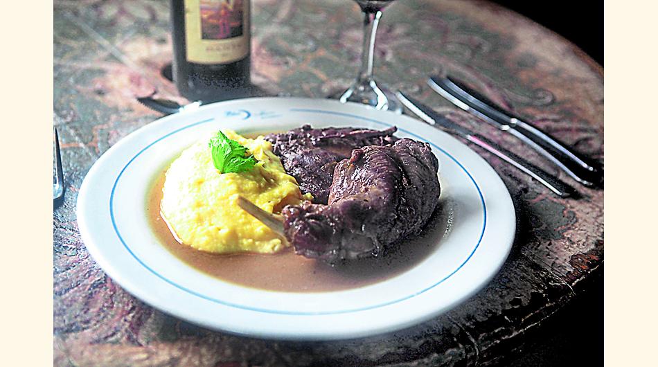 Liebre al vino con puré. Al igual que el conejo, aunque con un sabor más fuerte, requiere reposo y maceración.