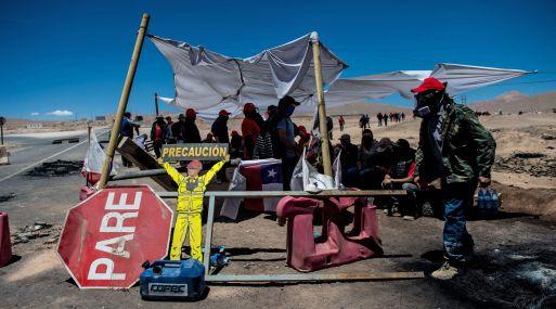 Mineros huelguistas de la mina Escondida. (Foto: AFP)