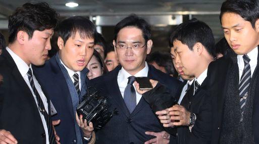 Lee Jae-yong, centro, vicepresidente de Samsung Electronics Co., se va después de asistir a una audiencia en el Tribunal Central del Seúl.  (Foto:AP)