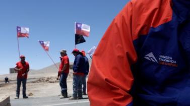 Huelguistas de mina Escondida en Chile obtienen fondos para resistir
