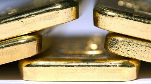 El oro es altamente sensible a las alzas de las tasas de interés debido a que elevan el costo de oportunidad de tener al lingote