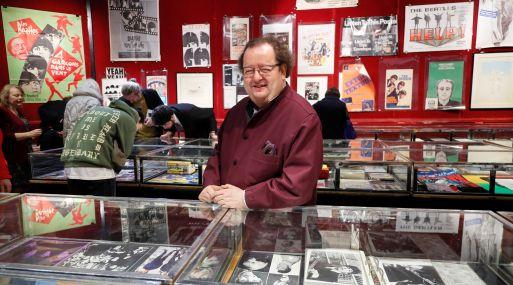 Jacques Volcouve, especialista y coleccionista de artículos de Los Beatles. (Foto: Reuters)