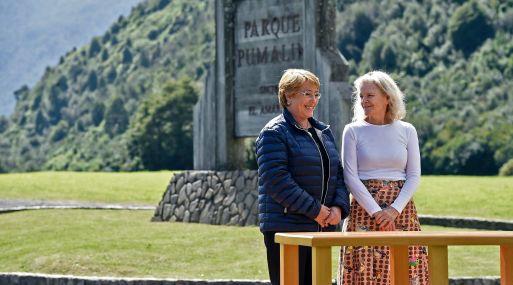 Michelle Bachelet y Kristine McDivitt, viuda de Douglas Tompkins, en el Parque Pumalín (Chile). (Foto: AFP)