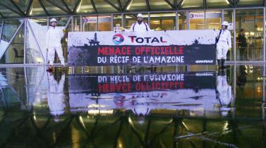 Activistas protestan contra proyecto petrolero de francesa Total en Brasil