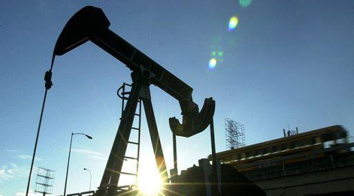 Suben precios del petróleo ante un dólar más débil