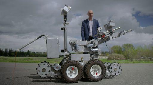 Ian King de Bloomberg revisa un robot de Northrop Gruman. (Foto: Bloomberg)