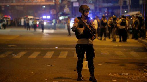 Varios muertos y heridos tras explosiones en centro de Yakarta