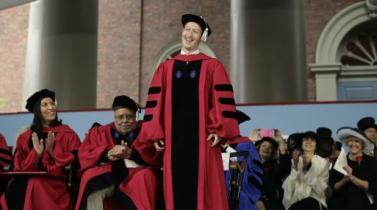 Zuckerberg recibe título de Harvard doce años después de haber abandonado sus estudios