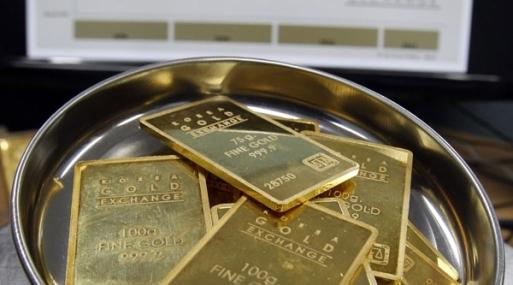 El oro al contado bajaba un 1% a US$ 1,265.13 la onza a las 1321 GMT.