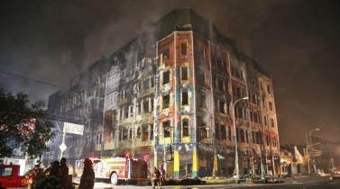 Galería Nicolini: Paso a paso los bomberos avanzan en su lucha contra el fuego