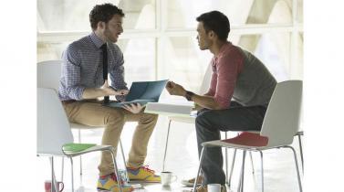 Contratar a un amigo: Conoce las ventajas e inconvenientes de hacerlo