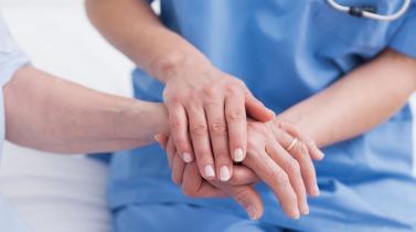 ¿De qué universidades son los egresados en Enfermería mejores pagados?
