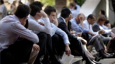Estadounidenses en busca de empleo aceptan sueldos más bajos