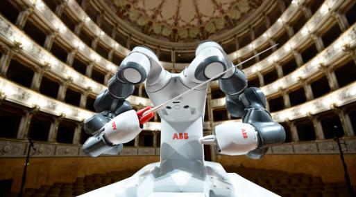 YuMi, el robot que dirigió a Bocelli